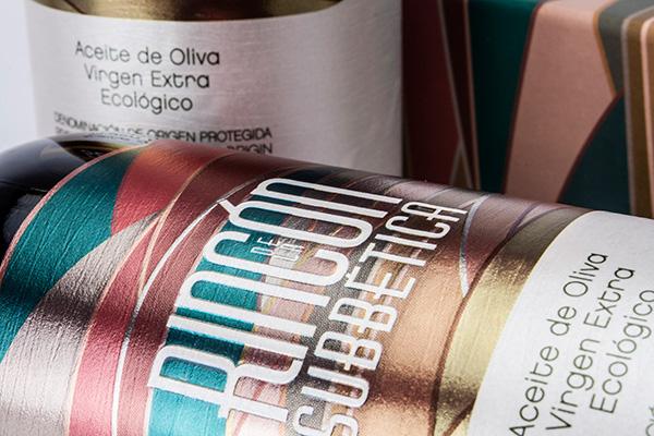 Detalle terminación metalizada en la impresión de los colores y aplicación de la marca con barníz serigráfico