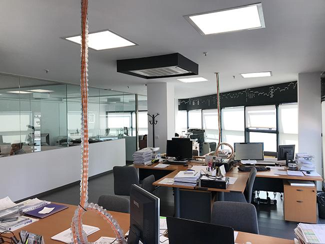 Vista decoración interior oficinas constructora