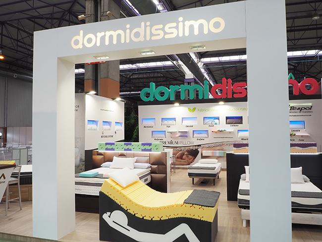 Diseño y montaje stand Dormidissimo. Diseño de frontis de marca sobre totem.